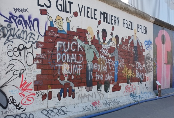 part of a mural on Berlin Wall, Eastside gallery - es gilt viele mauern
